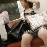 【パンチラ画像】女の子は電車に乗るとパンツが見える生き物