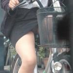 自転車通勤しているOLさんの太もも時々パンチラ画像