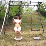 全裸や半裸の女が公園の遊具を独占している野外露出エロ画像