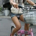 【危険運転】ミニスカで自転車!?少しはパンツのことを考えろ!!