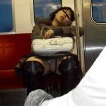電車内で精子が漏れそうになる対面パンチラエロ画像