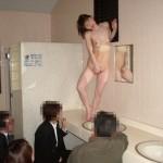 調教のために公衆便所を占拠しているエロ画像(※男子トイレ)