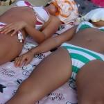 夏が恋しくなる海で寝転ぶ水着ギャルのエロ画像