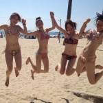 ジャンプにおふざけ!夏ギャルが水着ではしゃぐエロ画像