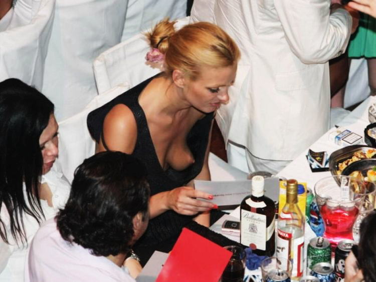 外国人 胸チラ ノーブラ 乳首 エロ画像