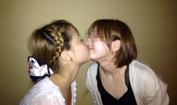 可愛い女の子同士がイチャ×2しながらキスしてるレズ画像
