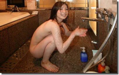 綺麗なお姉さん方がシャワーで美女濡れしているエロ画像 ①