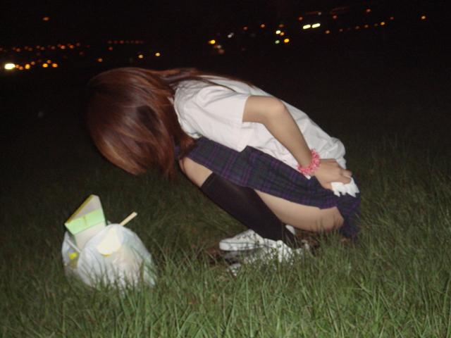 おしっこ 真夜中 野外放尿 エロ画像