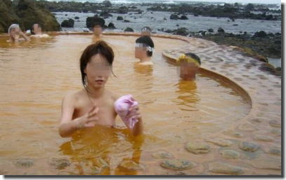 全裸の男女が混浴露天風呂に入湯中のエロ画像 ①