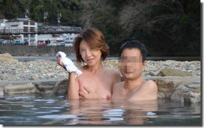 全裸の男女が混浴露天風呂に入湯中のエロ画像 ③