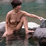 全裸の男女が混浴露天風呂に入湯中のエロ画像