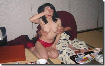 おばちゃん来た!温泉コンパニオンが人妻や熟女だったエロ画像 ①