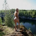 大自然の中の全裸姿に芸術性を感じる野外ヌードエロ画像