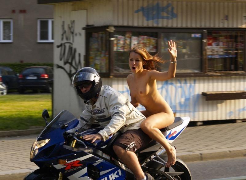全裸・半裸・下着姿でバイクに跨るモーターサイクルエロ画像