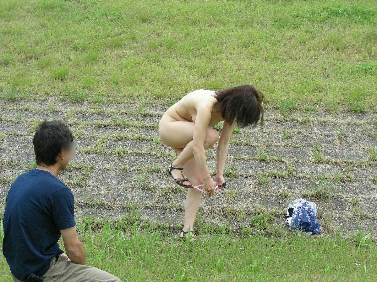 脱ぐ・着替える・野外で!更衣室無き屋外脱衣のエロ画像