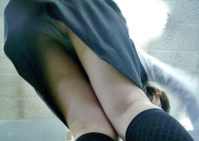OLのパンツ逆さ撮り!働く女性をローアングルで見たエロ画像