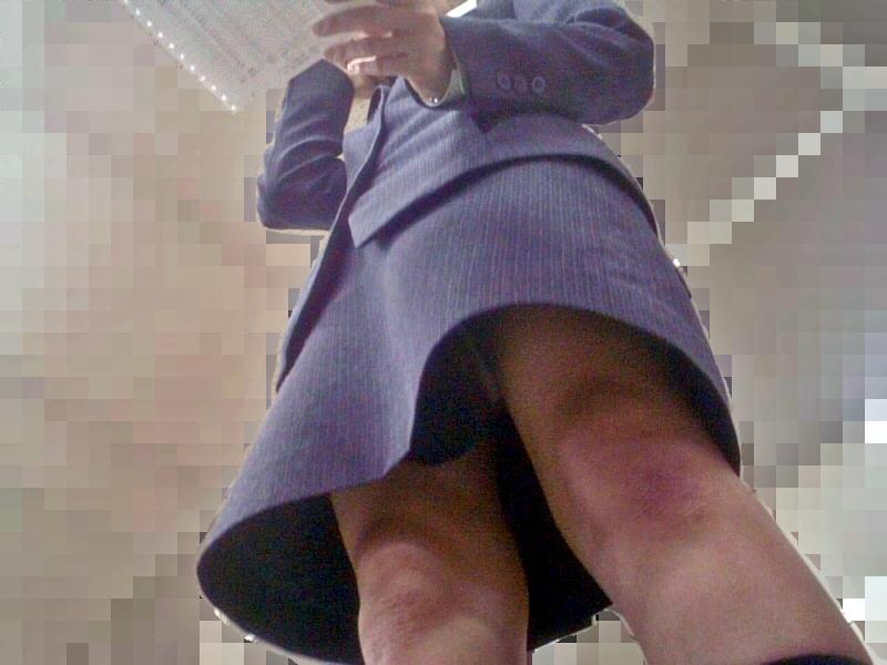 OL パンツ 逆さ撮り 働く女性 ローアングル エロ画像【12】