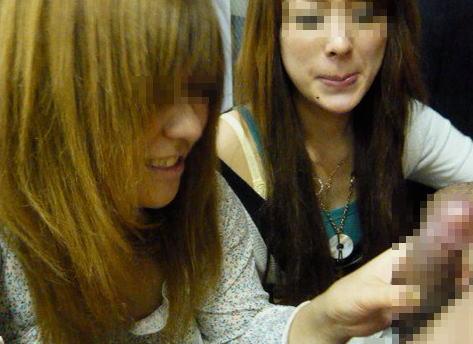 チンコ 触る 楽しい ニコニコ 笑顔 手コキ エロ画像