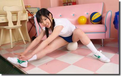 お尻を使ってボールを潰す玉乗りブルマのエロ画像 ①