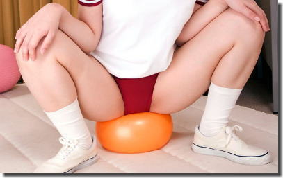 お尻を使ってボールを潰す玉乗りブルマのエロ画像 ③