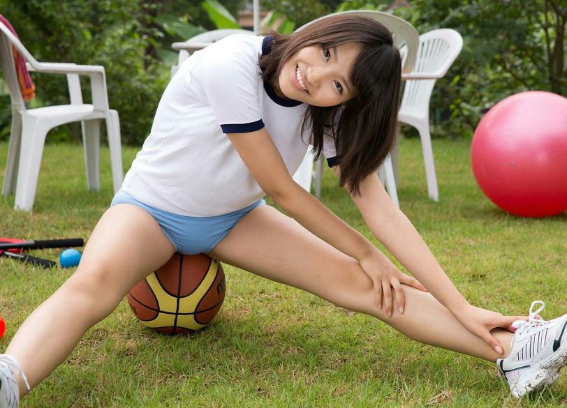 お尻を使ってボールを潰す玉乗りブルマのエロ画像