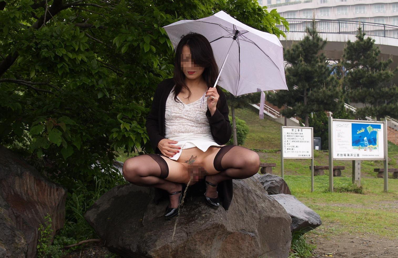 おばさん おしっこ 野外 放尿 熟女 エロ画像【10】