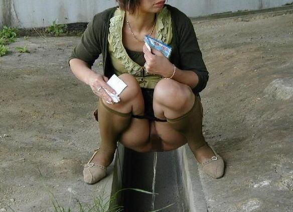 おばさん おしっこ 野外 放尿 熟女 エロ画像【24】