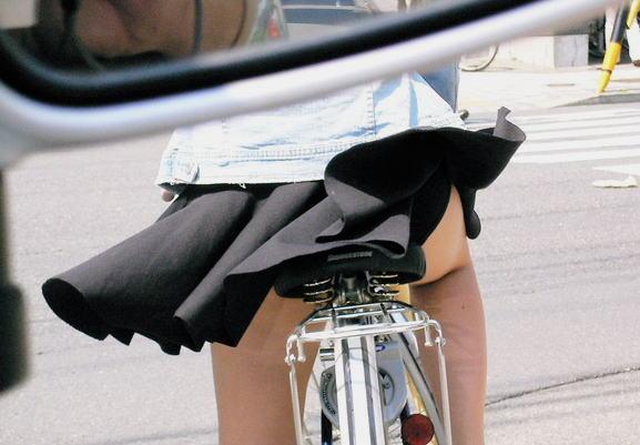 自転車を漕ぐ太ももやパンチラに見とれ事故りそうなエロ画像 表紙