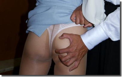 OLが社内のリーマンとセックスしたりセクハラされてるエロ画像 ②