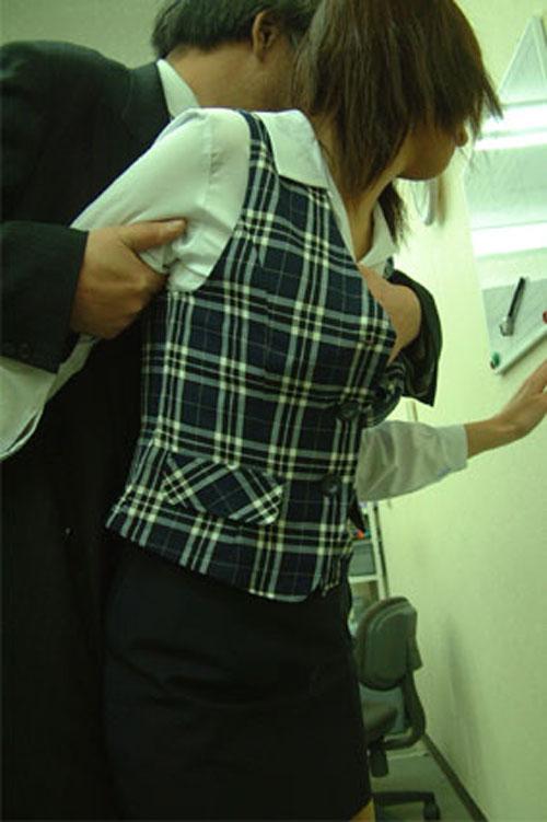 OL 社内 リーマン セックス セクハラ エロ画像【35】