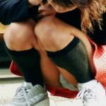しゃがみパンチラ女子の股間がモッコリ膨らむエロ画像