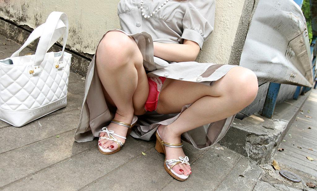 しゃがみパンチラ 股間 モッコリ 膨らむ エロ画像【2】