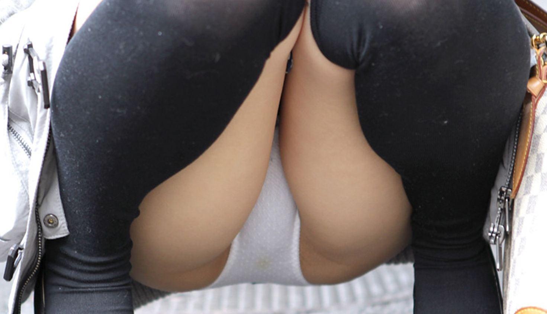 しゃがみパンチラ 股間 モッコリ 膨らむ エロ画像【3】