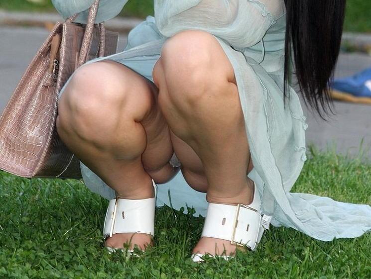 しゃがみパンチラ 股間 モッコリ 膨らむ エロ画像【27】