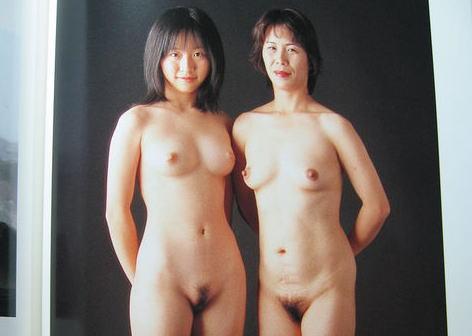 【画像】母と娘が並んでヌードwwwwww