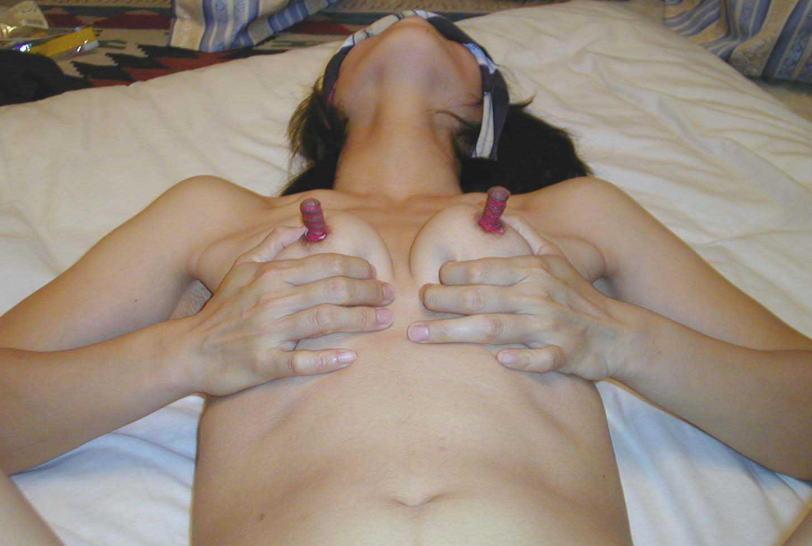 仰向け 乳首 勃起 寝転ぶ エロ画像