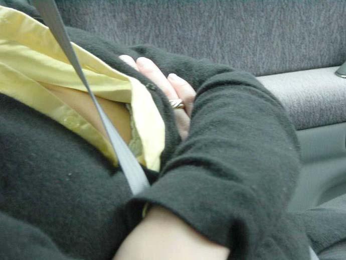 ドライブデート おっぱい 車内 胸チラ エロ画像【2】