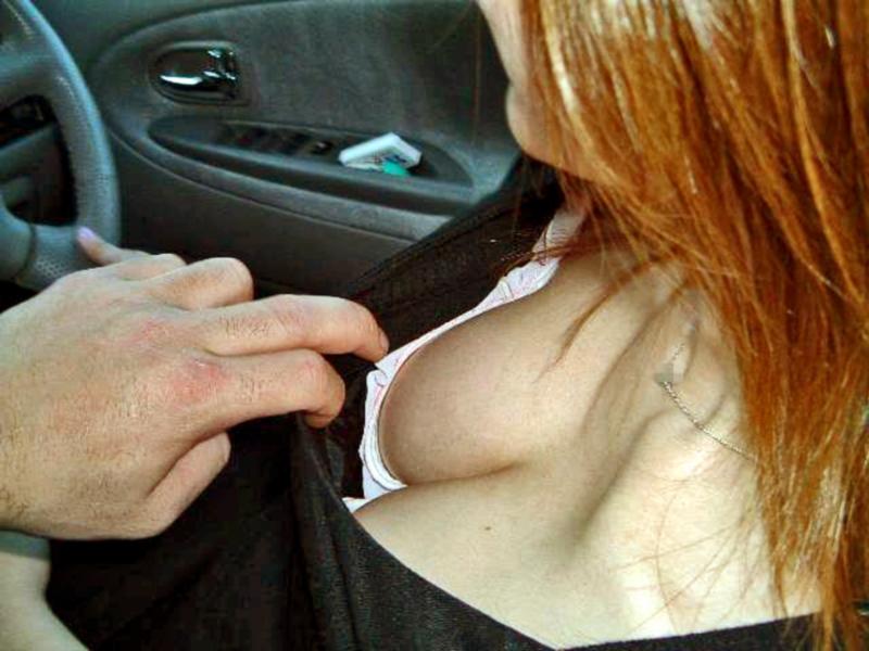 ドライブデート おっぱい 車内 胸チラ エロ画像【4】