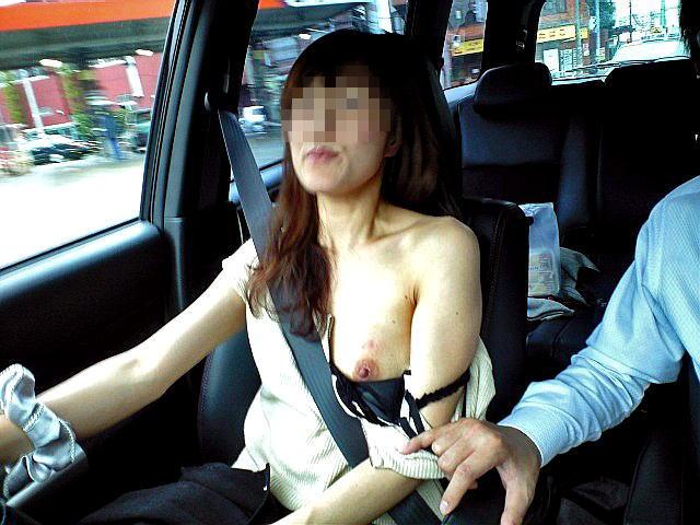 ドライブデート おっぱい 車内 胸チラ エロ画像【28】