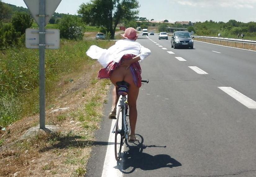 自転車 パンチラ お尻 外国人 エロ画像