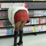 DVD・CDレンタル屋でパンツが見えた無防備パンチラ画像集