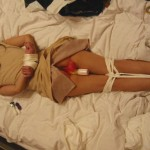 着衣緊縛!ドMな女が服を着たまま縛られているエロ画像