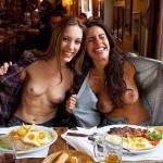 外国人が食事中におっぱい出してる飲食店内露出エロ画像