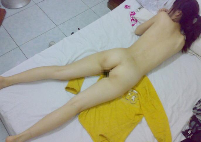 うつ伏せ ヌード お尻 背中 美しい 全裸 寝転び エロ画像
