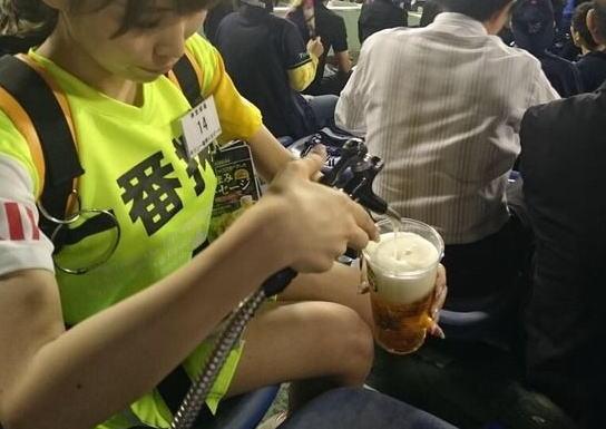 【画像】売り子の太ももがエロ過ぎて今すぐ野球場に行きたくなる画像貼ってくぞ!!