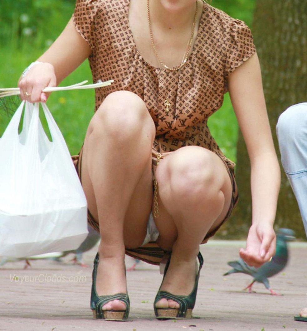 おばさん しゃがみ パンチラ スカートの中 パンツ しゃがみパンチラ エロ画像【6】