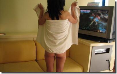 おっぱいやお尻をこっそり見たい背中バスタオルのエロ画像 ④