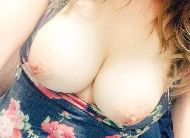 巨乳な女の子の乳撮りとTバック尻写メにハミ毛自撮りが過激すぎるんだが…
