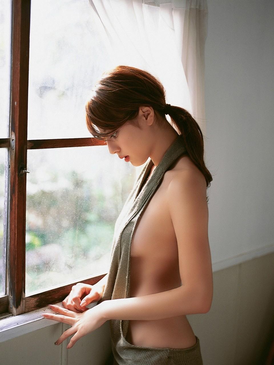美女 横乳 おっぱい ノーブラ 乳房 ポロリ エロ画像【3】