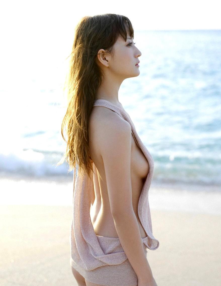 美女 横乳 おっぱい ノーブラ 乳房 ポロリ エロ画像【11】
